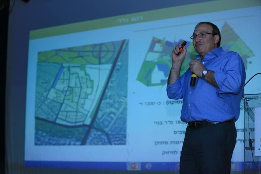 """ראש העירייה על רקע תוכנית בינוי פינוי בינוי רמת אליהו // באדיבות דוברות עיריית ראשל""""צ"""