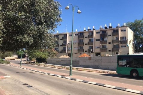 הבניין ברחוב דרך שרה 219 פינת הלל יפה בזיכרון יעקב לפני תמא 38 // יחצ