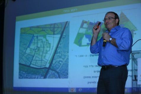 ראש העירייה על רקע תוכנית בינוי פינוי בינוי רמת אליהו