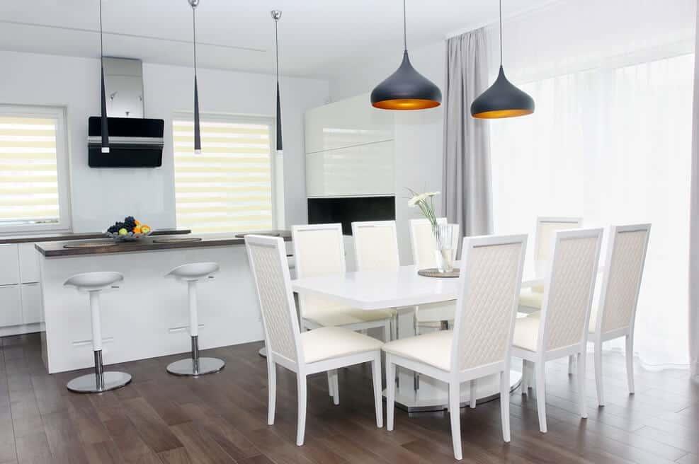 אלמנט הניגודים מעשיר ומעצים את הלבן, כך שהוספת השחור רק מחזקת את הצבע הבהיר // shutterstock