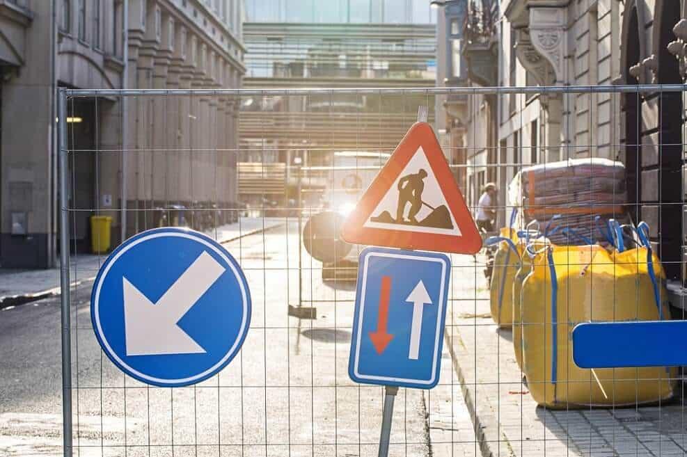 אנגלאינווסט - פיצוי על איחור בעבודה // shutterstock
