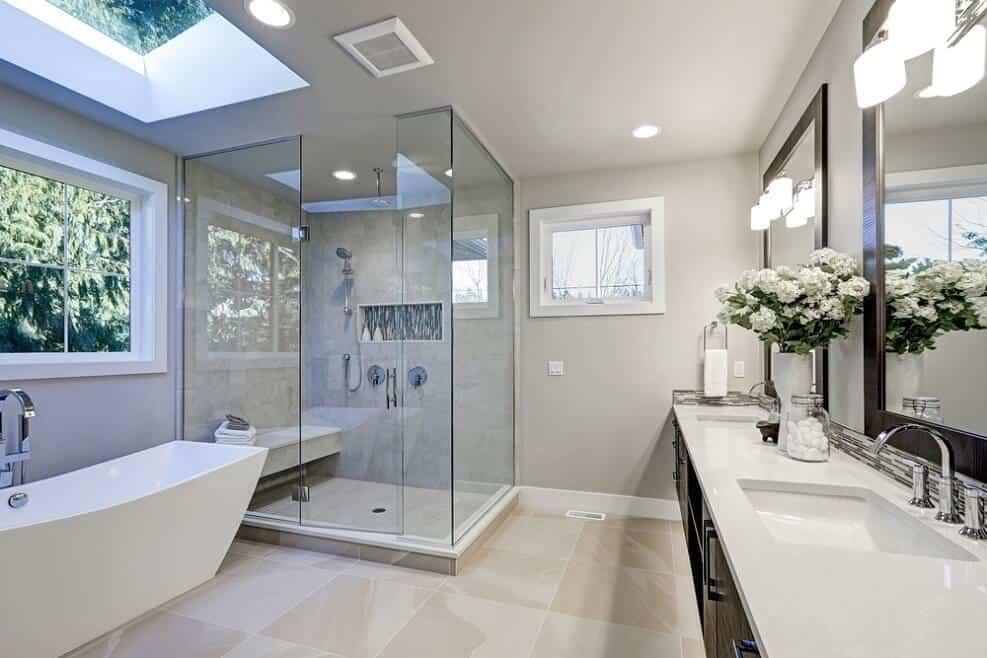עיצוב חדר אמבטיה לבן וחכם, יכול לספק תחושה של ספא לכל דבר // shutterstock