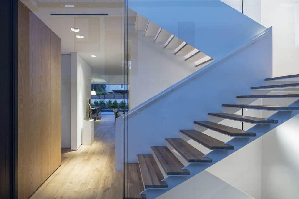 גרם מדרגות עשוי ברזל לבן עם מדרכי עץ // צילום: עמית גירון