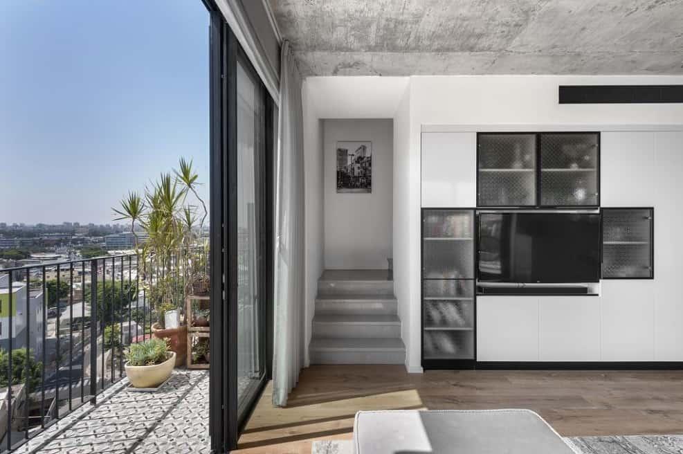 מרפסת מקיפה את הדירה משני צידיה // צילום: עודד סמדר