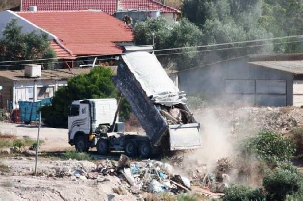 השלכת פסולת בניין בשטח ציבורי. צילום: ארז הררי, המשטרה הירוקה של המשרד להגנת הסביבה