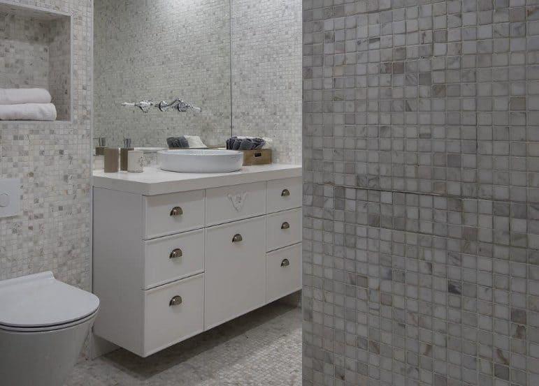 חדר אמבטיה מחופה פסיפס // צילום: עמית גושר