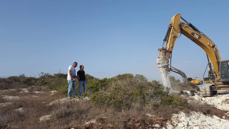הדחפורים של קקל מכשירים את הקרקע לישוב החדש // צילום ארז שטיין