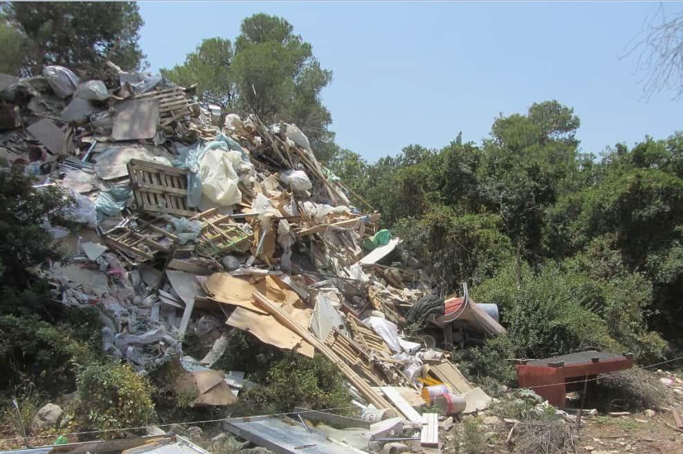 השלכה פיראטית של פסולת בניין // צילום: המשטרה הירוקה, המשרד להגנת הסביבה