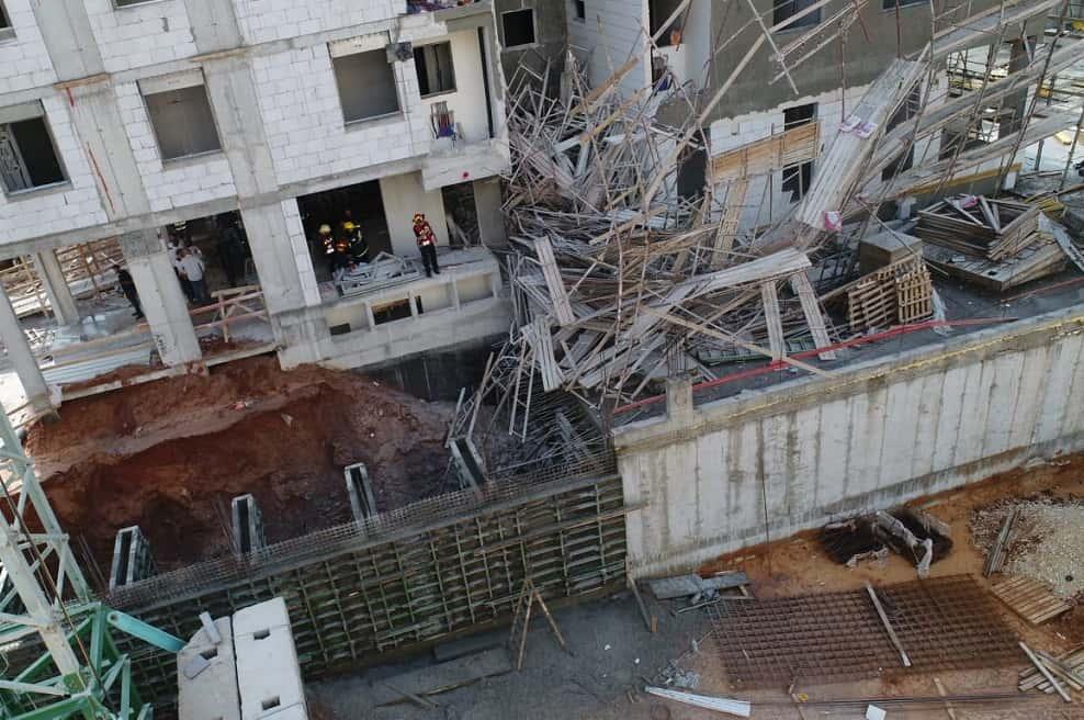 קריסת הפיגומים באתר הבניה בפתח תקוה // באדיבות דוברות כיבוי אש