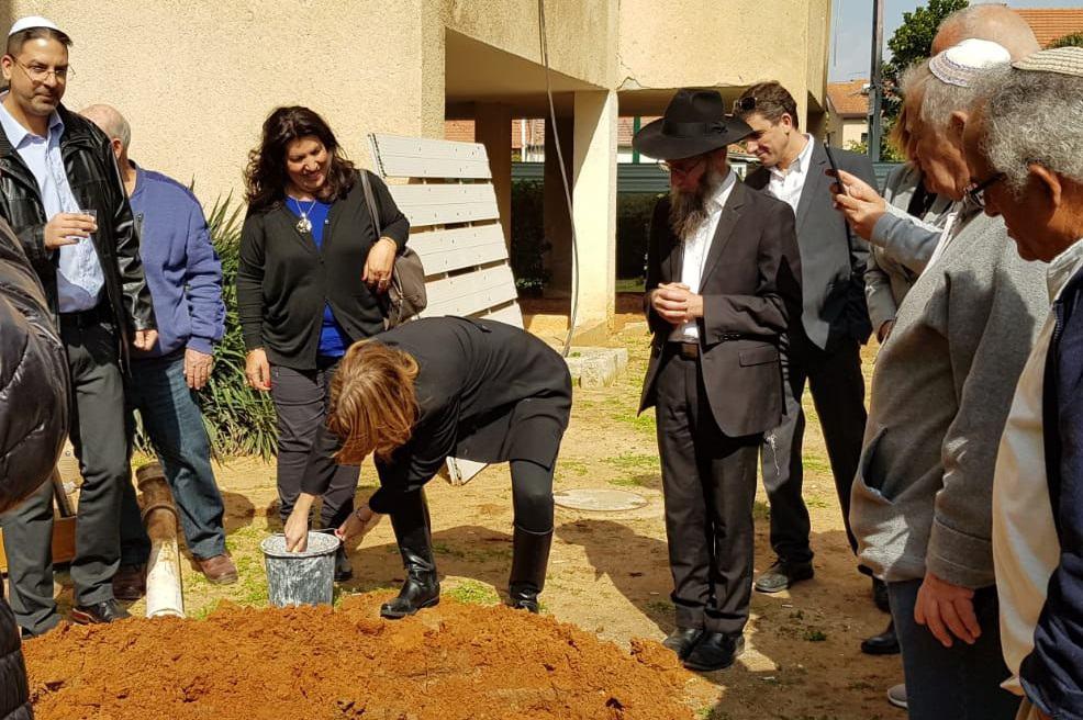 ראש עיריית יהוד, יעלה מקליס, בטקס הנחת אבן פינה // באדיבות החברה
