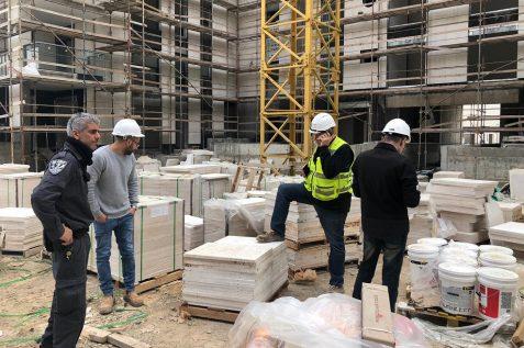 מבצע ביקורת אתרי בנייה // באדיבות דוברות עיריית רעננה