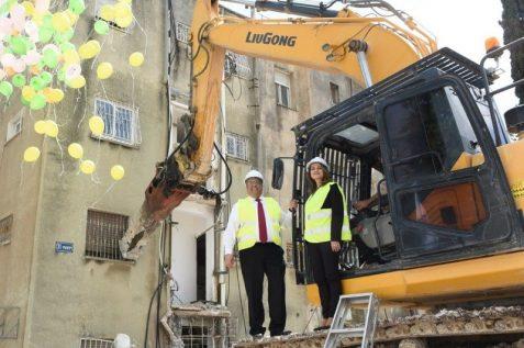 שרת הבינוי והשיכון וראש העיר ירושלים ברגע ההריסה // צילום: נעמי זידמן