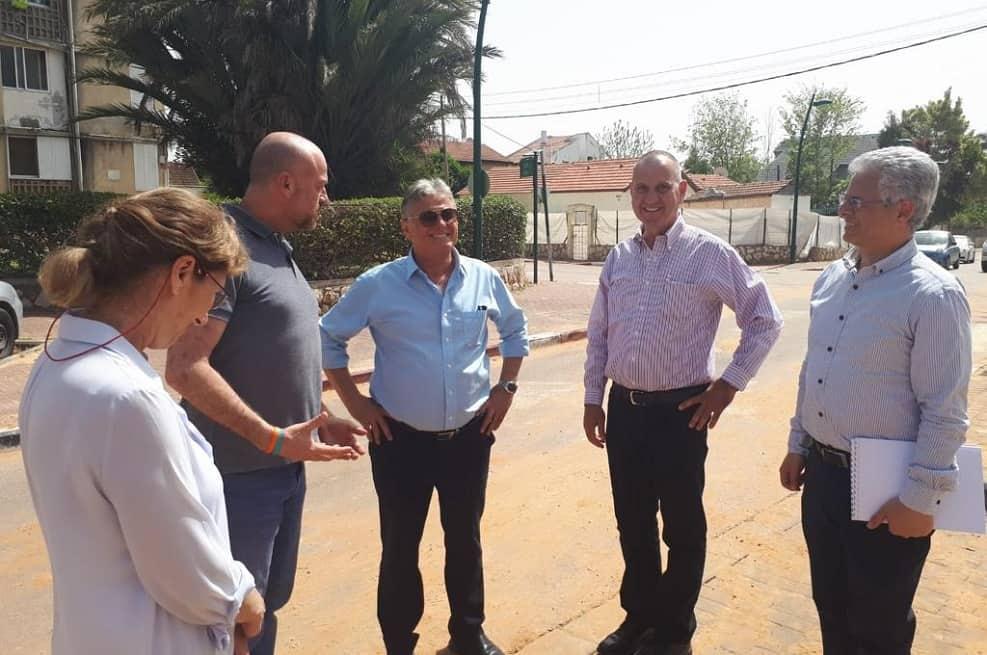 """אביטן בסיור עם ראש עיריית רמה""""ש // באדיבות דוברות העירייה"""