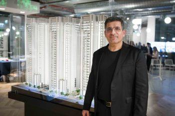 יעקב אטרקצ'י מנכל ובעל השליטה באאורה השקעות על רקע מודל פרויקט רמת חן צילום חן וגשל