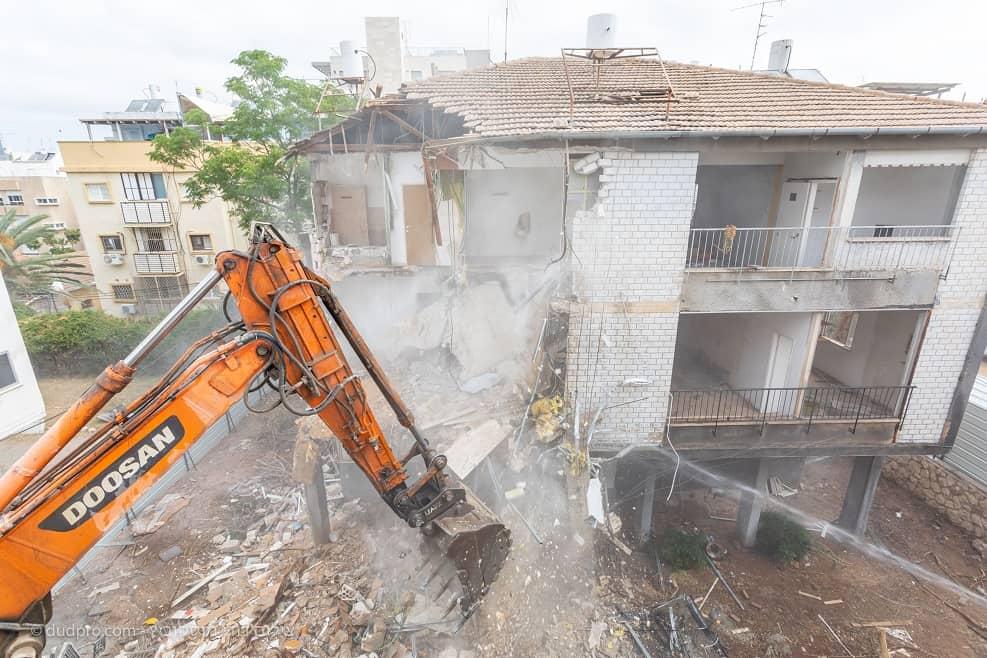 """הריסת בניין במעין 11 בגבעתיים- קבוצת רם אדרת וקבוצת לומינה // יח""""צ"""