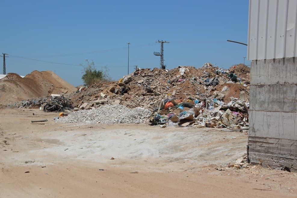 פעילות השלכת פסולת לא חוקית בשטח מועצה אזורית דרום השרון // צילום: המשרד להגנת הסביבה