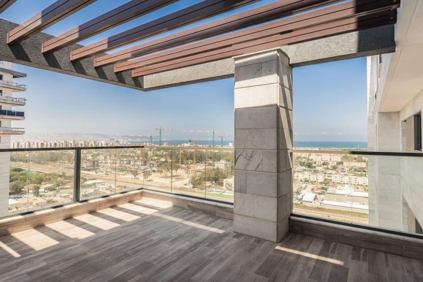 מרפסת בדירה לדוגמא בפרויקט אורבן טאואר // צילום עינת דקל